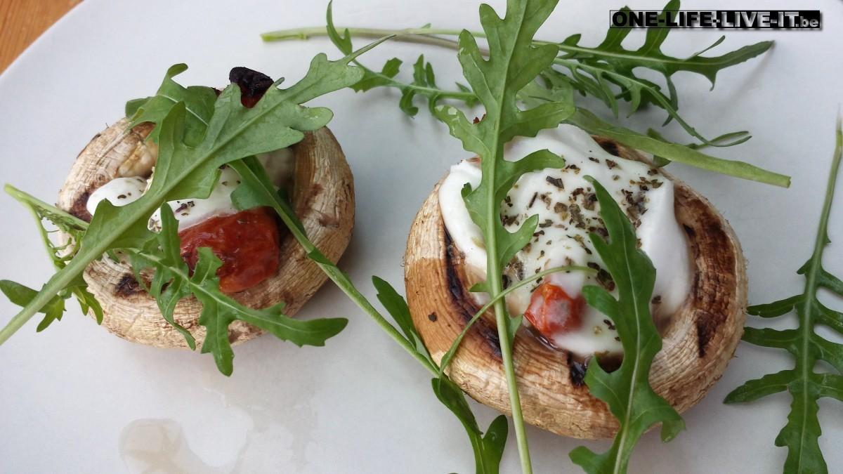 Gevulde paddenstoelen met gekonfijte tomaatjes, mozzarella en basilicum