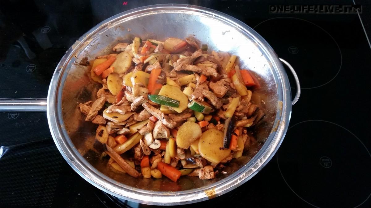 Aardappelwok met kalkoen en groenten