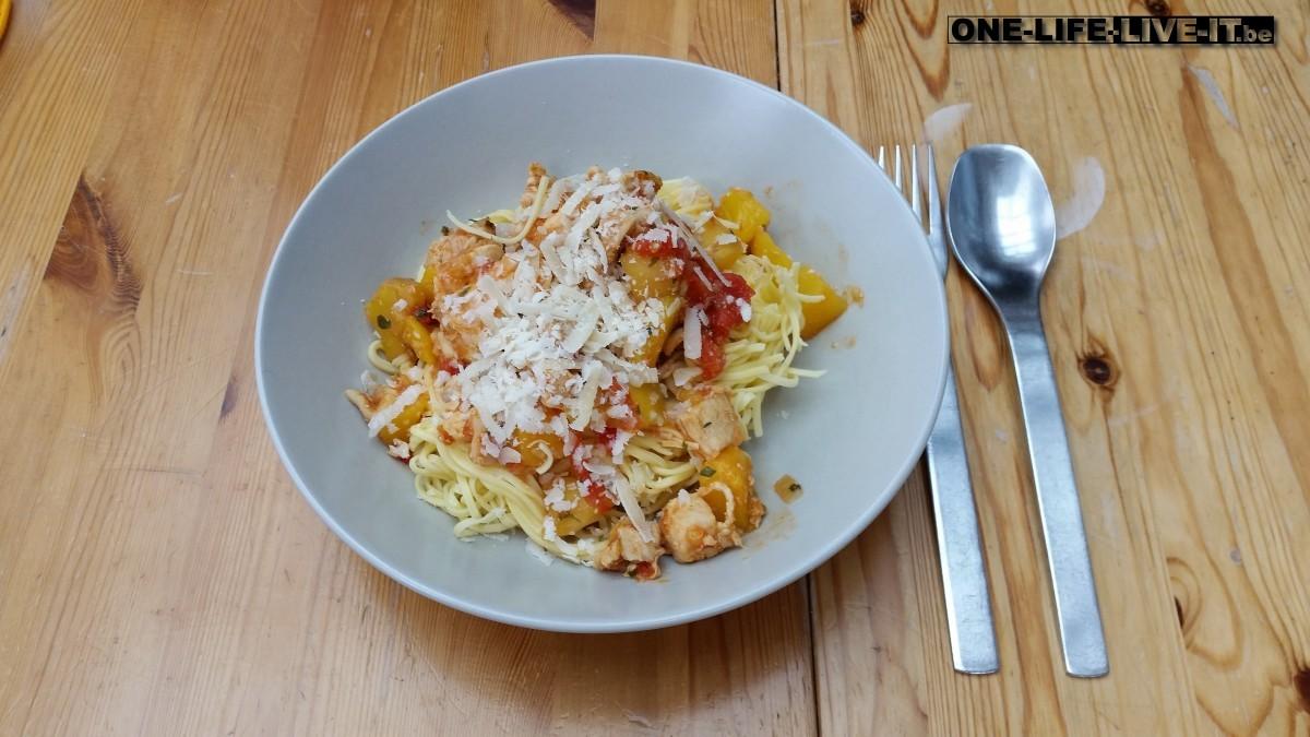 Volkoren spaghetti met gegrilde kip en mango