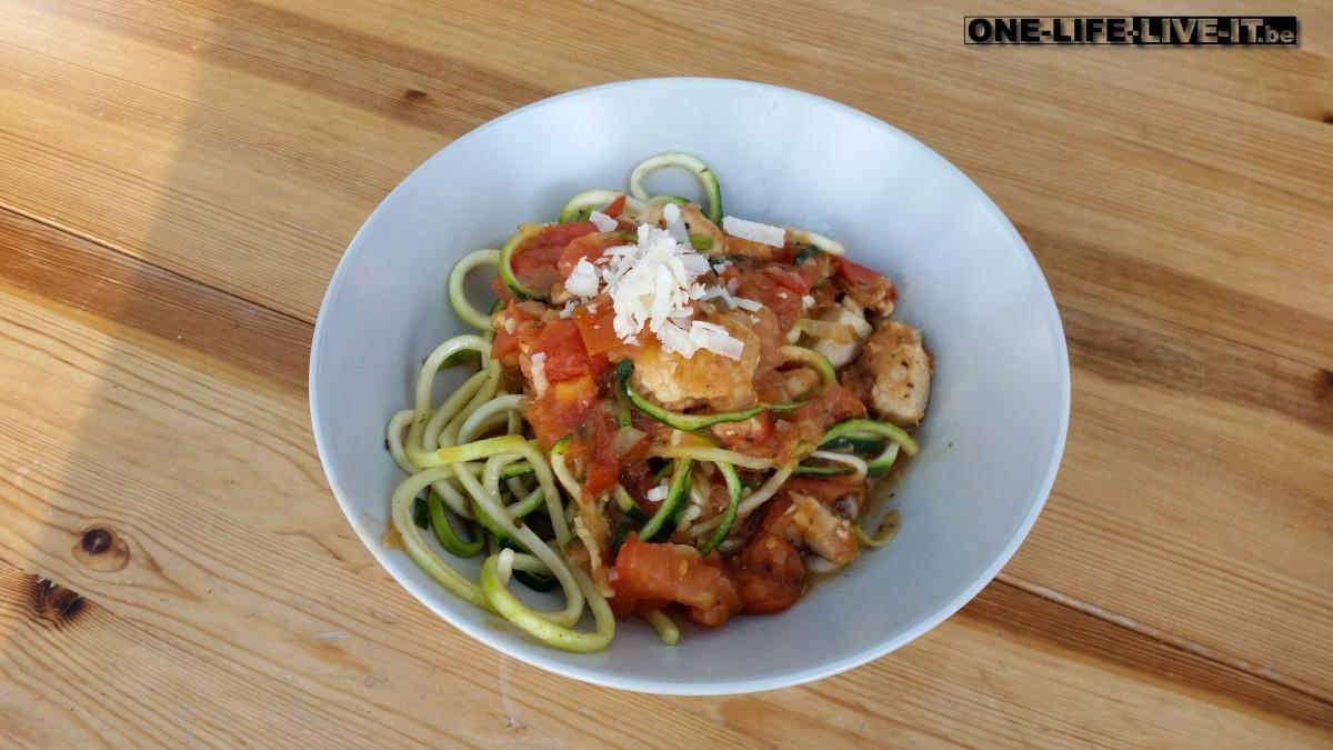 Courgette-pasta met tomaat en kip
