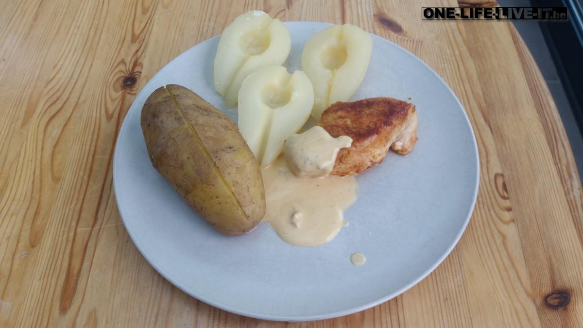 Kip met peren in Boursinsaus