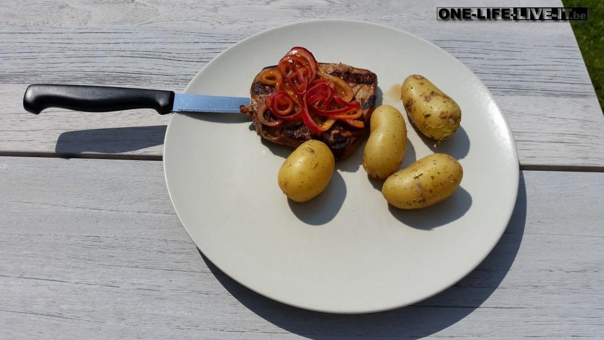 Steak met paprikapoeder en gemarineerde ui op de BBQ