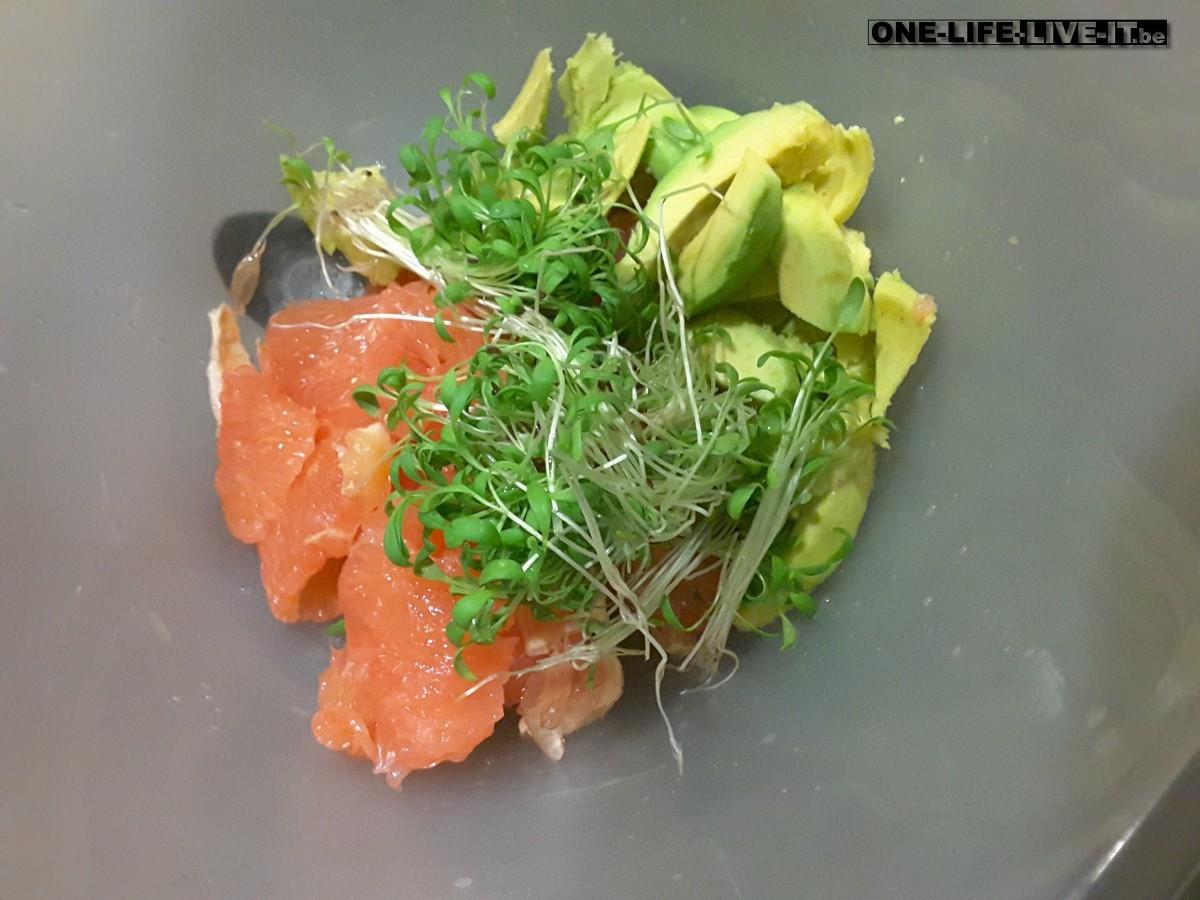 Salade met avocado, tuinkers en pompelmoes