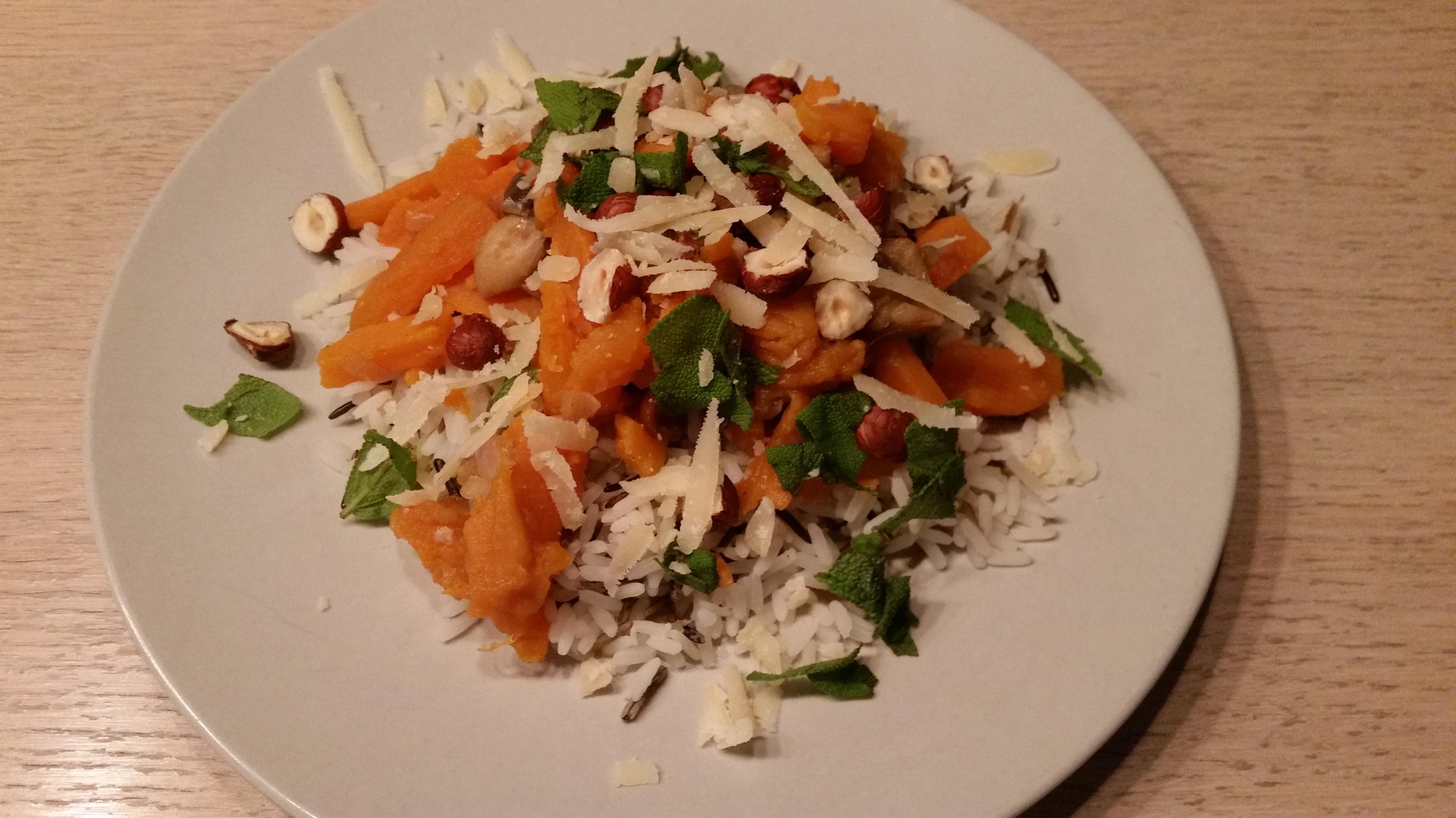 Wilde rijst met zoete aardappelen en bospaddenstoelen