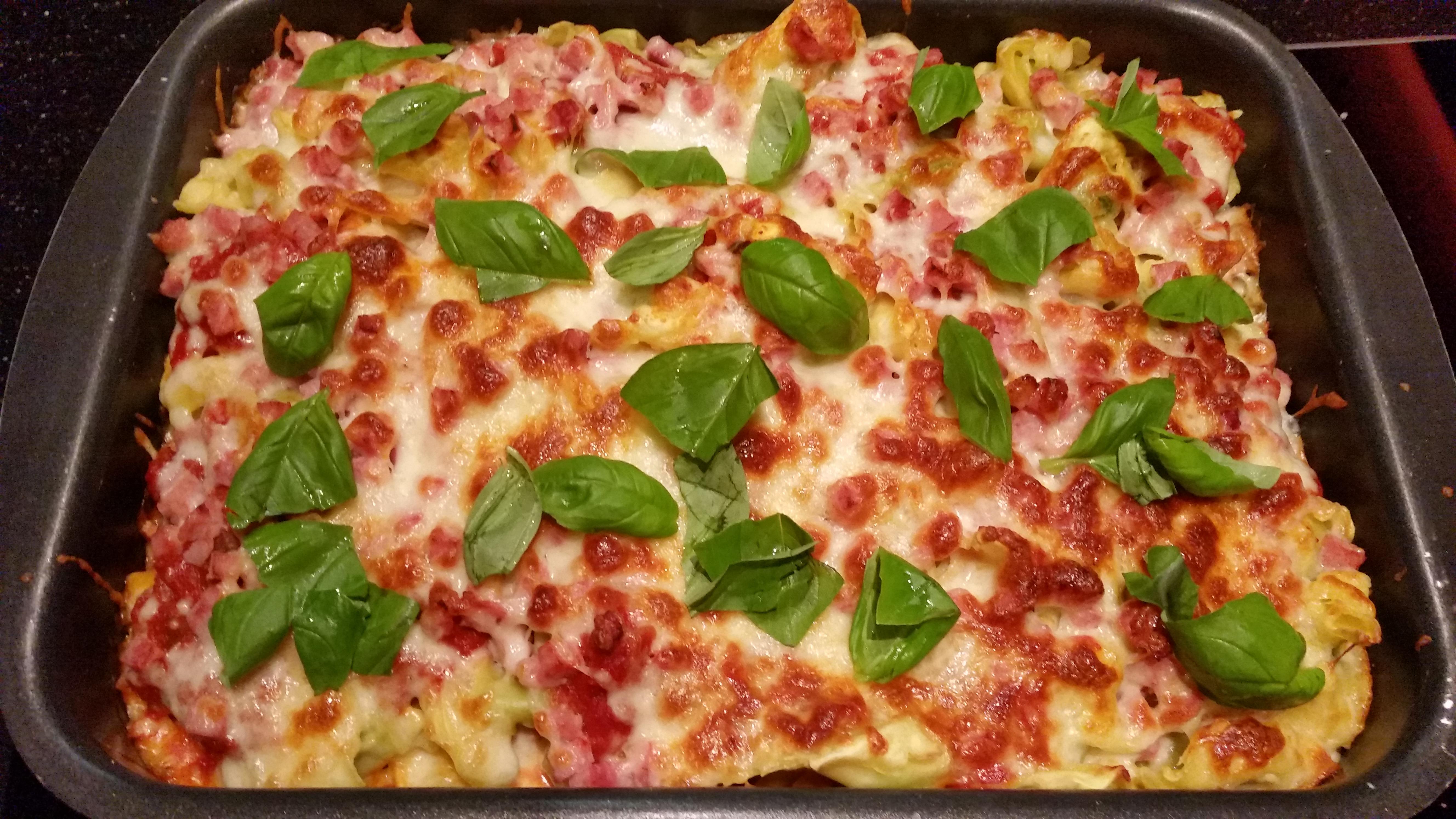Tortellini met tomatensaus, hamblokjes en mozzarella