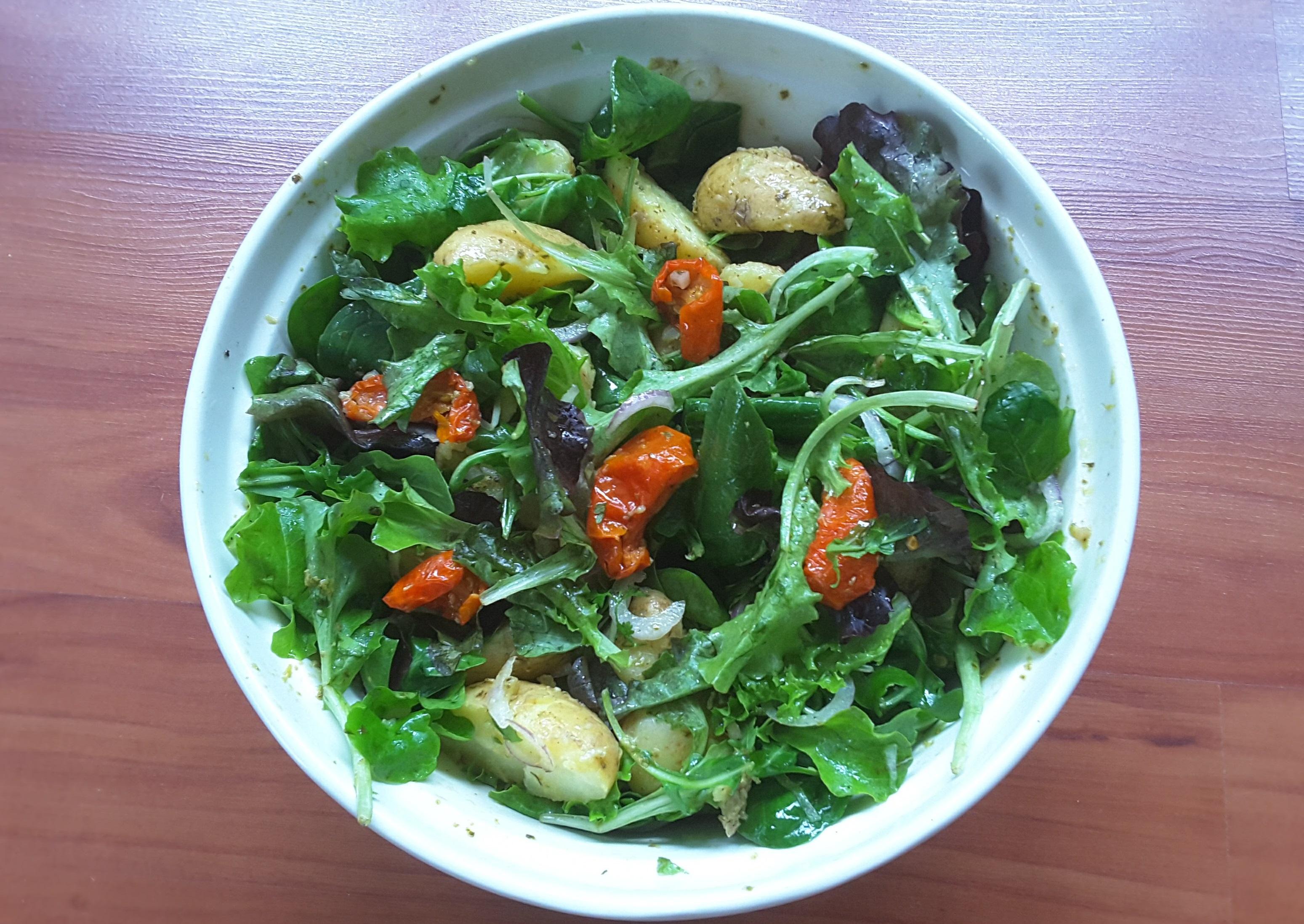 Krieltjessalade met pesto en gedroogde tomaten