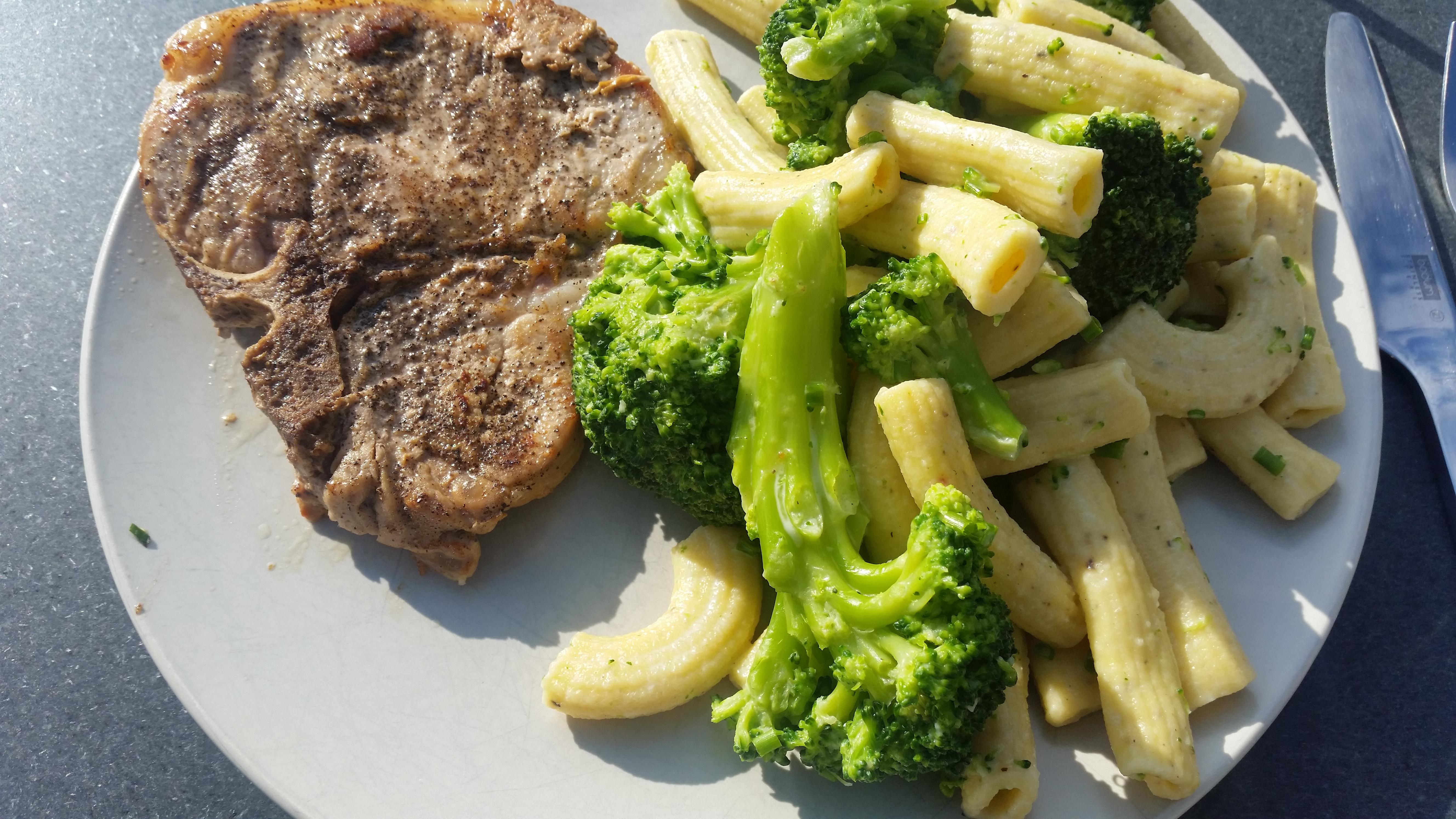 Romige broccolipasta met kotelet