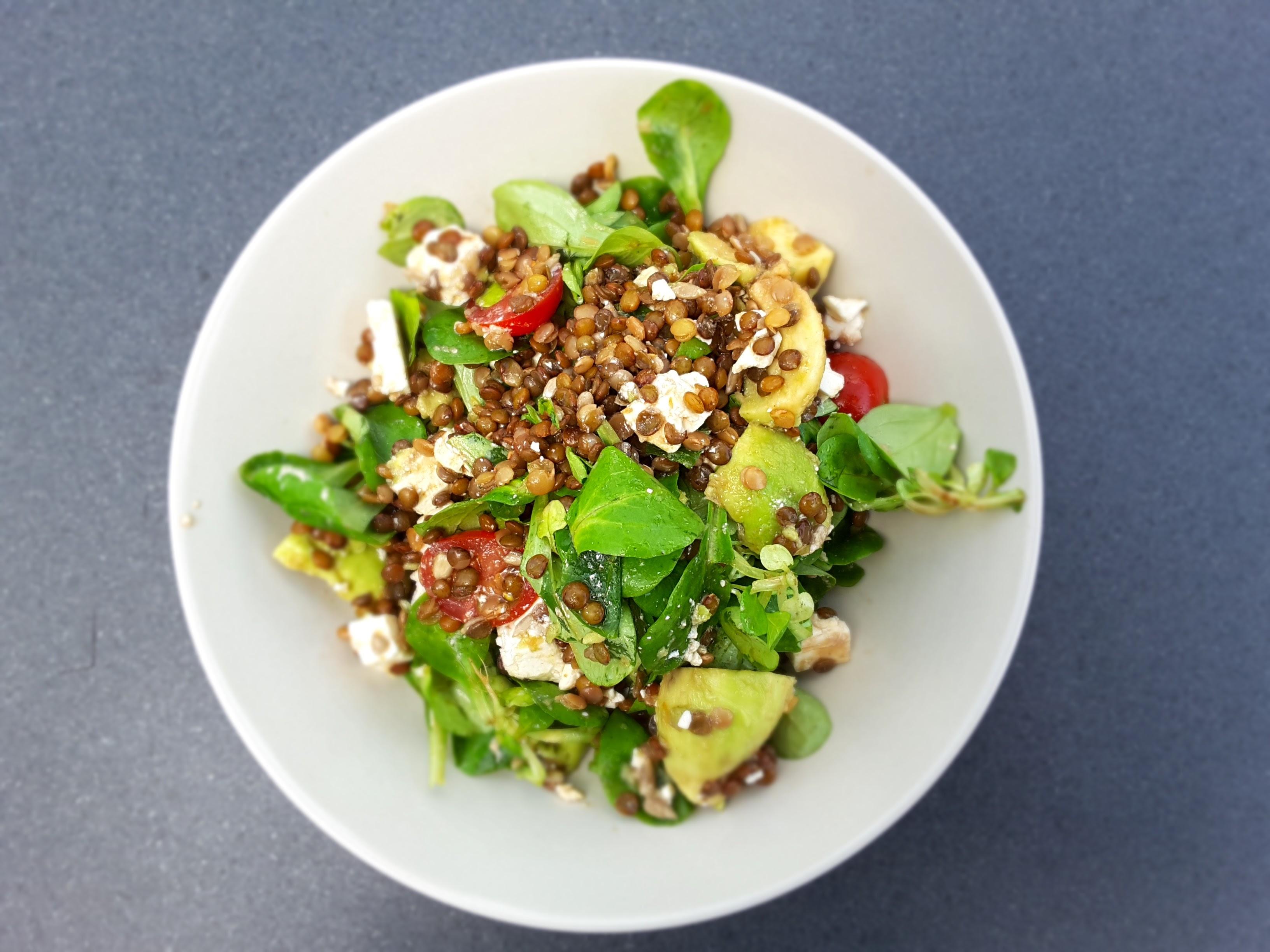 Salade met linzen, avocado en kerstomaten