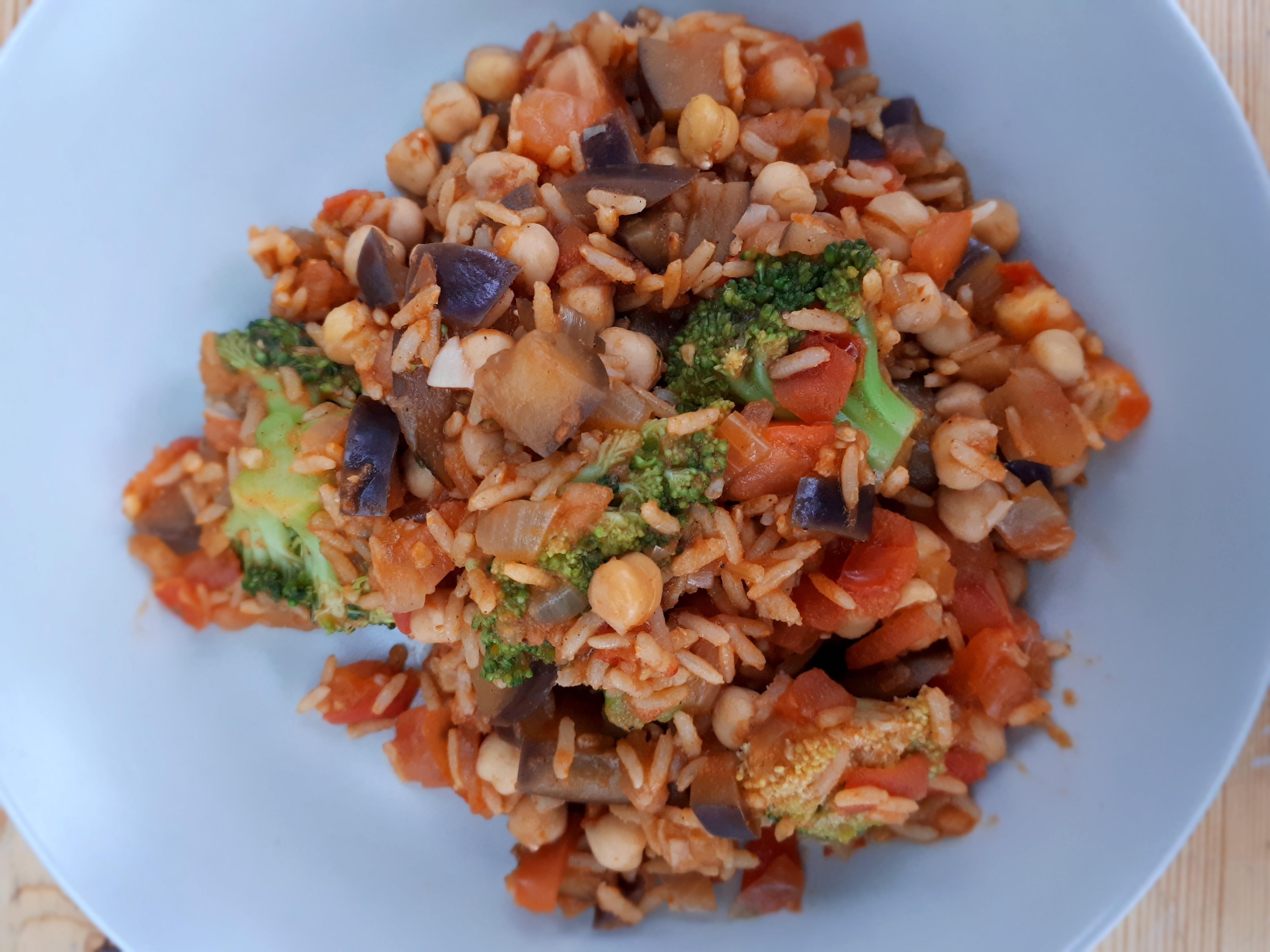 Rijst met groenten en kikkererwten