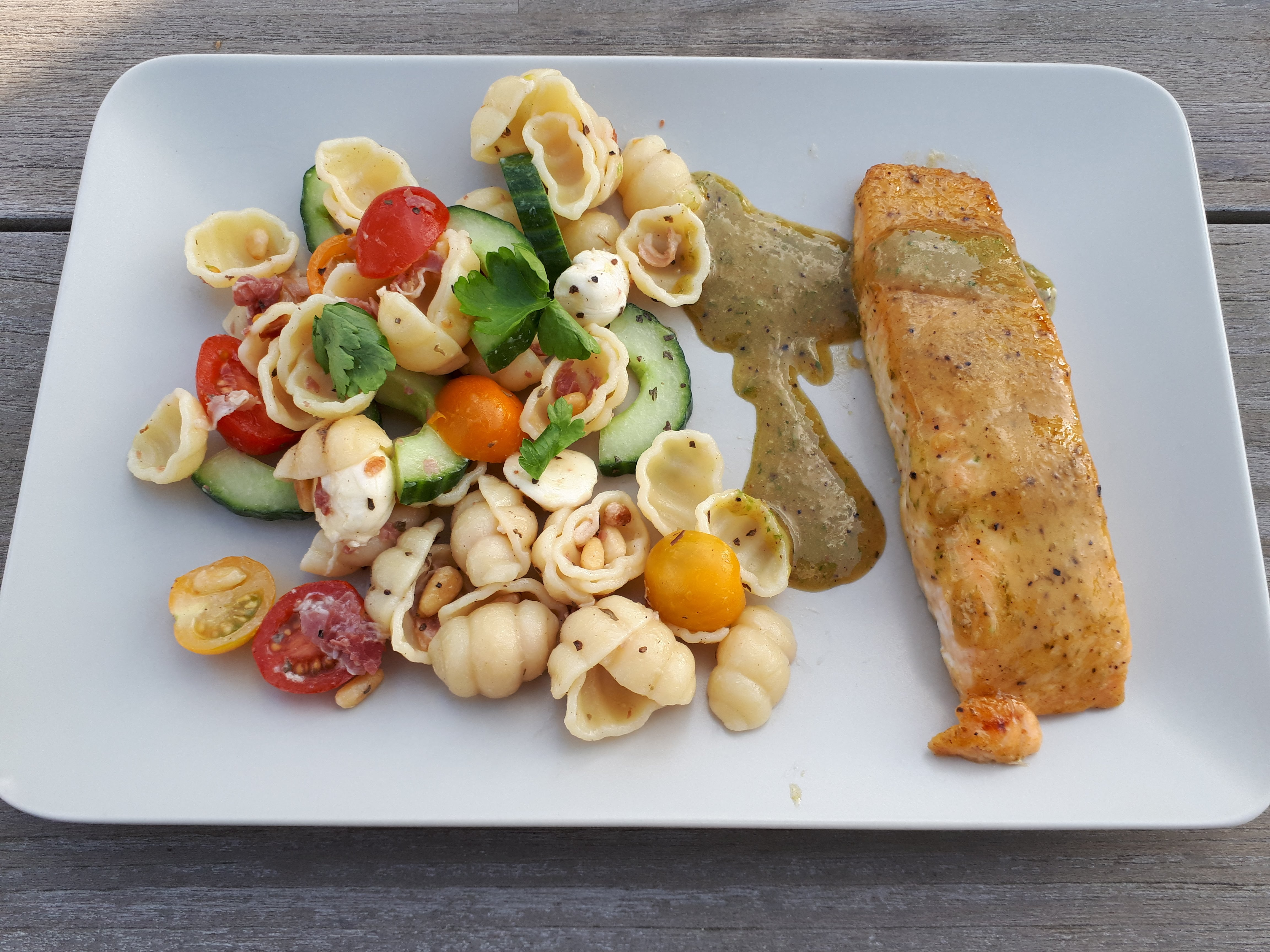 Farfalleslaatje met pancetta, zomergroenten en mozzarella